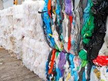 Recyclage des déchets, réutilisation, enlèvement des ordures, emballage en plastique de PVC images libres de droits