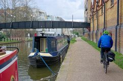 Recyclage sur le towpath Canal grand des syndicats photo stock