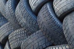 Recycle benutzte Reifenumwelt-Automobilindustrieschwarzen Gummiradstapel lizenzfreie stockbilder