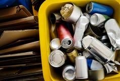 Recycle enlataram e o conceito da conservação do ambiente da caixa imagens de stock royalty free