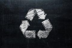 Recycle se connectent le tableau d'isolement sur la texture de tableau noir avec c photos libres de droits