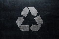 Recycle se connectent le tableau d'isolement sur la texture de tableau noir avec c photo stock