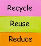 Recycle verringern und verwenden Wörter für die Umwelt wieder, die auf klebrige Anmerkungen geschrieben wird lizenzfreie stockfotografie