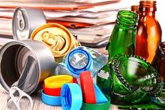 Recyclebarer Abfall, der Glas, Plastik, Metall und aus Papier besteht lizenzfreie stockbilder