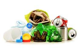 Recyclebarer Abfall, der Glas, Plastik, Metall und aus Papier besteht Lizenzfreies Stockfoto