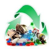 Recyclebarer Abfall, der Glas, Plastik, Metall und aus Papier besteht stockfotos