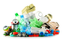 Recyclebarer Abfall, der Glas, Plastik, Metall und aus Papier besteht stockbild