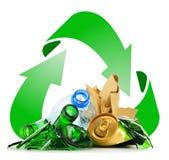 Recyclebarer Abfall, der Glasplastikmetall und aus Papier besteht stockfotos