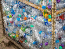 Recyclebarer Abfall von Plastikflaschen im Mülleimer Stockbild
