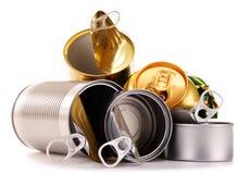 Recyclebarer Abfall, welche aus Metalldosen auf Weiß besteht lizenzfreie stockfotografie