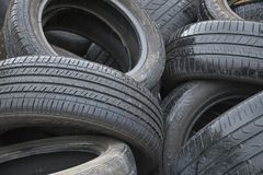 Recycled a utilisé des pneus de voiture photos libres de droits