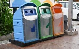 Recycleer bak aan afzonderlijk afval alvorens te schikken stock foto
