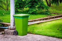 Recycleer bak buiten het bureau Stock Foto's