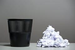 Recycleer bak die met verfrommelde documenten wordt gevuld royalty-vrije stock fotografie