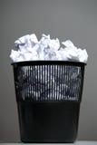Recycleer bak die met verfrommelde documenten wordt gevuld stock fotografie