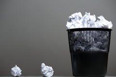 Recycleer bak die met verfrommelde documenten wordt gevuld royalty-vrije stock foto's
