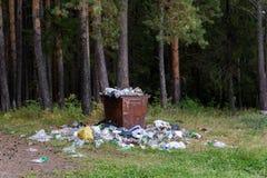 Recycleer bak en huisvuil op grondlandschap royalty-vrije stock foto's