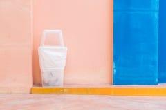 recycleer bak op roze muur royalty-vrije stock afbeelding