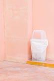 recycleer bak op roze muur stock afbeeldingen