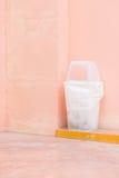 recycleer bak op roze muur royalty-vrije stock foto