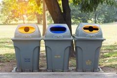 Recycleer bak in openbaar park stock foto