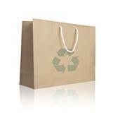 Recycleer document het winkelen zak wijzen op witte vloer Royalty-vrije Stock Afbeeldingen