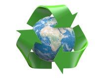 Recycleer embleem met aardebinnenkant die op wit wordt geïsoleerde Stock Foto's