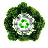Recycleer embleem met boom en aarde Ecobol met kringlooptekens Stock Afbeelding