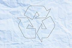 Recycleer embleem op verfrommeld document royalty-vrije illustratie