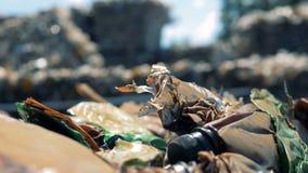 Recycleer fabriek Sluit omhoog van afvalstukken die in de stortplaats liggen stock footage