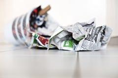 Recycleer met kranten Stock Fotografie