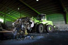 Recycleer, overzicht van afvalinzameling met bulldozer stock afbeelding