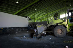 Recycleer, overzicht van afvalinzameling met groene bulldozer Stock Foto