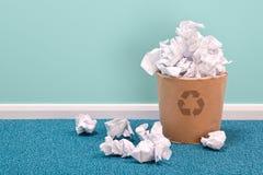 Recycleer papierafvalmand op bureauvloer Royalty-vrije Stock Foto's