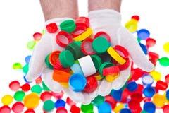 Recycleer plastic kroonkurken, kleuren plastic kappen stock afbeelding