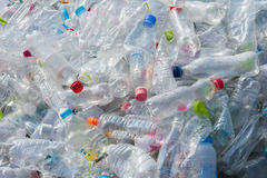 Recycleer plastic waterflessen Stock Foto