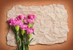 Recycleer rimpeldocument met roze canationbloem Royalty-vrije Stock Afbeeldingen