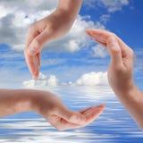Recycleer teken dat van mensenhanden wordt gemaakt Royalty-vrije Stock Afbeelding