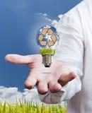 Recycleer teken in een gloeilamp met blauwe hemel Royalty-vrije Stock Afbeelding