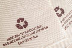 Recycleer teken op papieren zakdoekje van 100% kringloopvezels, geen B wordt gemaakt die Royalty-vrije Stock Foto's