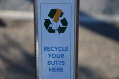 Recycleer uw sigaret buts stock afbeeldingen