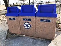 Recycleer Vuilnisbakken op het Strand Stock Afbeeldingen