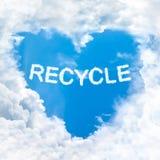 Recycleer woord op blauwe hemel Stock Foto's