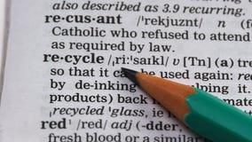 Recycleer woord in woordenboek, natuurlijke rijkdommenbehoud, opnieuw te gebruiken materialen stock videobeelden