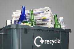 Recyclerend bak met papierafval en flessenclose-up dat wordt gevuld Royalty-vrije Stock Afbeelding