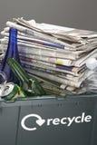 Recyclerend bak met papierafval en flessenclose-up dat wordt gevuld Stock Foto