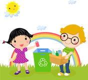 Recyclerend jongen en meisje Stock Foto's