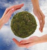 Recyclerend symbool van handen wordt gemaakt die royalty-vrije stock foto's