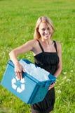 Recyclerende document vakje onderneemster in zonnige weide stock afbeeldingen