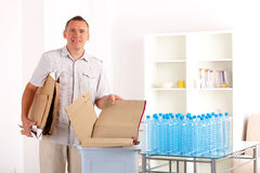 Recyclerende Mens met Document Stock Afbeeldingen